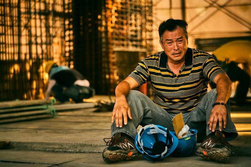 《做工的人》李銘順劇中籌募醫藥費,卻傳來工人好友已病逝消息,坐地痛哭_大慕影藝提供
