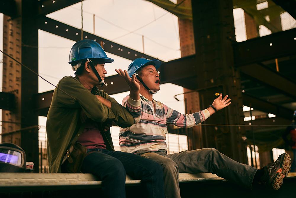 《做工的人》李銘順(右)與柯叔元(左)所呈現的鐵工兄弟「阿祈」與「阿欽」個性大不同,一個樂觀至極,一個悲觀到底_大慕影藝提供