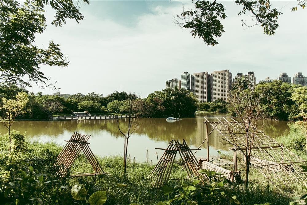 《泛.南.島藝術祭》展覽場域擴延至戶外園區,透過重新規劃的文化植栽與竹編作品呈現自然生態的有機地景。(2)