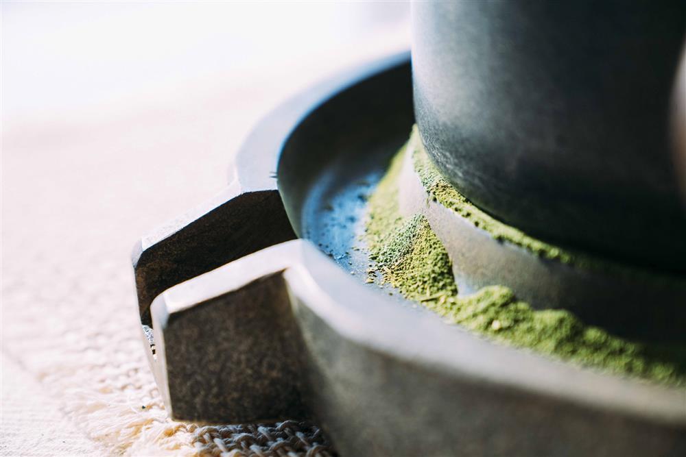 「京都石臼慢磨抹茶」-璞韻日本煎茶延選極其費時的京都低溫慢磨石臼抹茶入湯,以低速緩慢磨製,環境控制於溫度20℃、濕度40_,平均每小時僅能細磨39.8克。