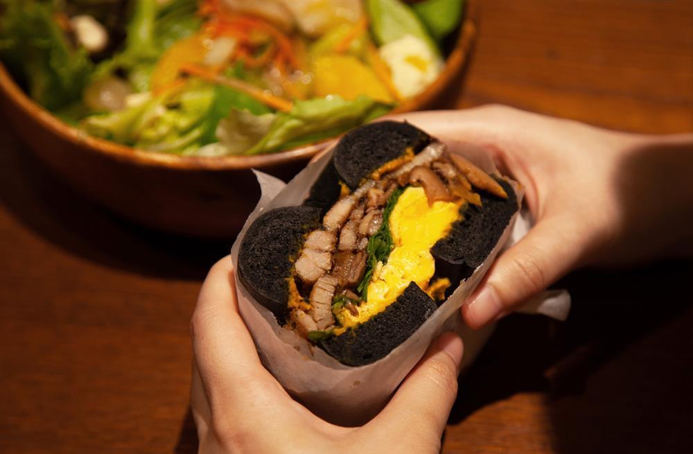 「南瓜鹹豬肉堡」精選田尾《花田喜彘》的五花肉,搭配秋季的南瓜與蕈菇製成_1