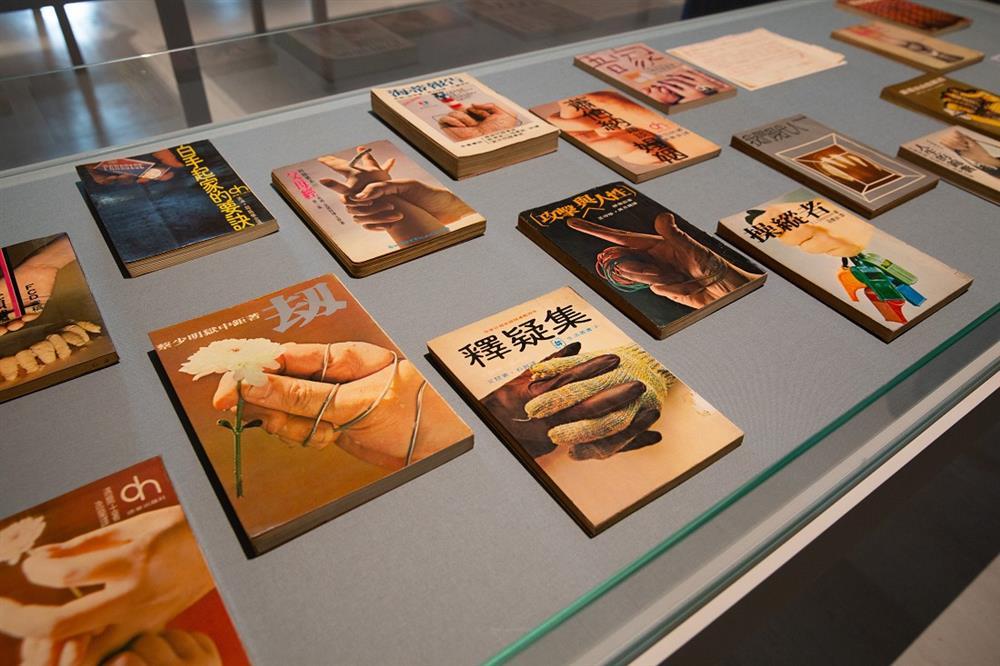 「未完成,黃華成」「書封設計的一代名家」展場照,2020,臺北市立美術館提供。