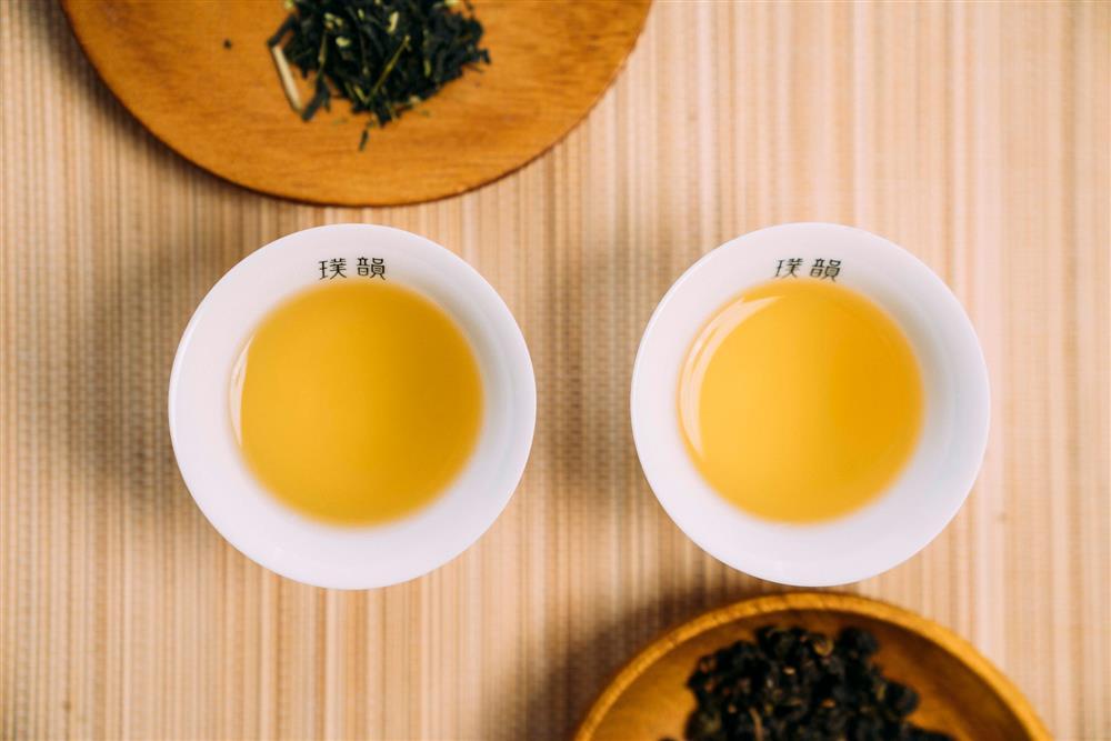 「獨特凝香工法」-讓水氣蒸潤每片茶葉毛細孔,捕捉每一縷香氣分子。璞韻四季青茶-散發獨特清雅花香,琥珀碧玉的茶湯,甘醇口感獨留韻味;璞韻日本煎茶-蜜綠色茶湯,入口