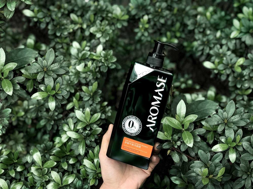 「舒敏平衡洗髮精」,呵護敏弱乾燥頭皮,植萃沒藥配方溫和防護,蘆薈及維他命B5潤澤保濕,適用中乾性、敏感性頭皮。