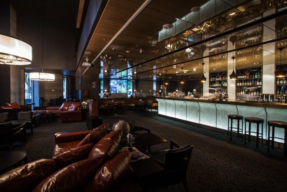 【慕軒飯店】URBAN331威士忌酒吧,以慕軒門牌號碼331為名,細膩沉穩的室內氛圍,最適合邀約朋友優雅品味美酒佳餚,拋開繁忙沉悶,享受輕鬆怡人的私密片刻