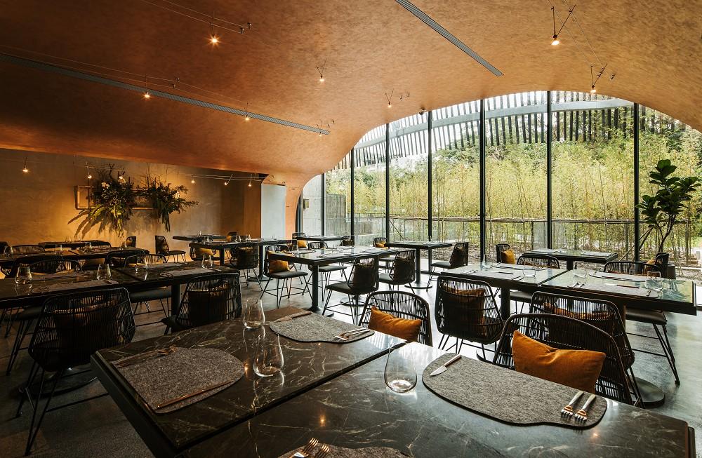 了了礁溪【圖4】Habitat餐廳是一個外型宛如洞穴般的半開放式空間。