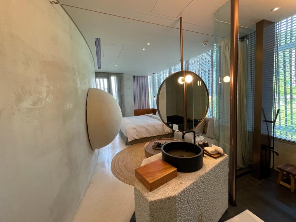 開箱宜蘭「了了礁溪」5大亮點!洞穴般餐廳、7種特色房型的風格旅宿