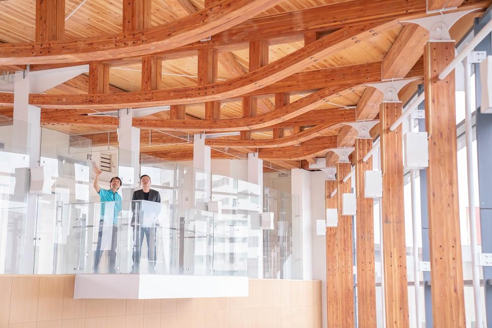 以CLT輕量木構材建構的魚腹木桁架
