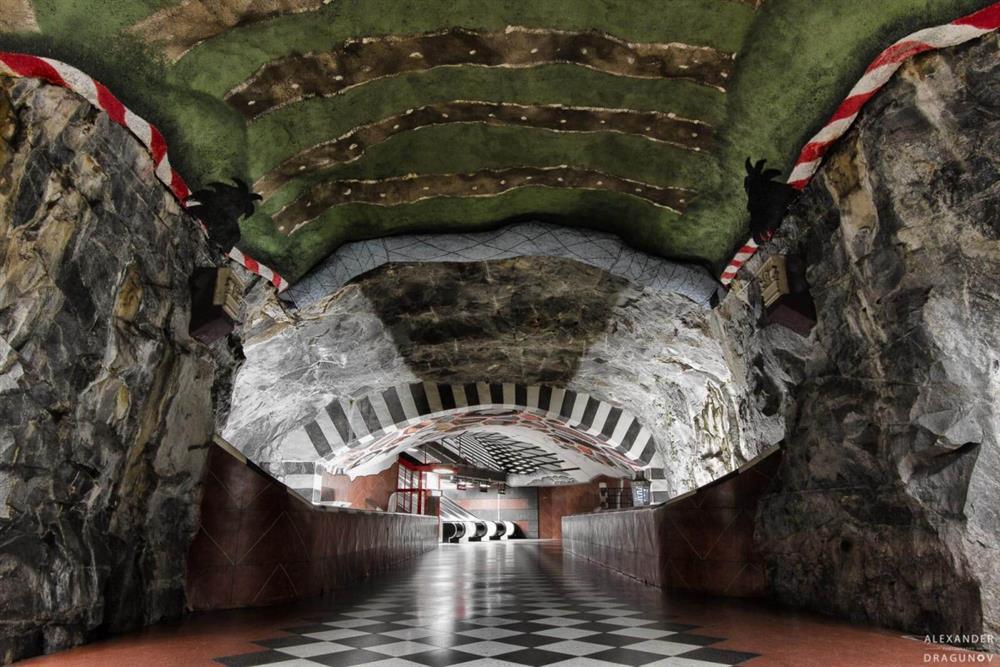 全球最美藝術地鐵-瑞典斯德哥爾摩地鐵打造「奇幻洞穴」般地下藝術殿堂6