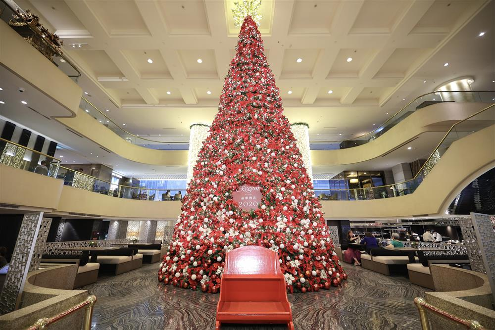 台北晶華_酒店中庭、樓高三層的巨型聖誕樹已經就定位,即日起至12月31日陪伴消費者歡度佳節