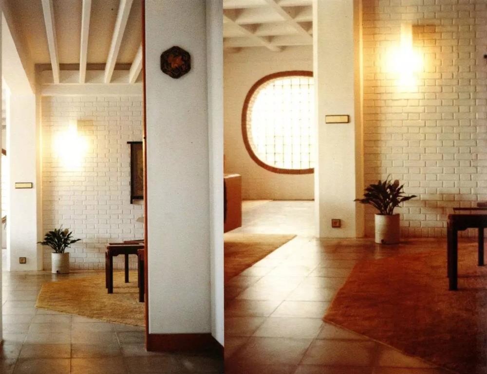 在弘英別墅中,從餐廳可遙望團扇窗,中國傳統與西方現代的設計理念融為一體。