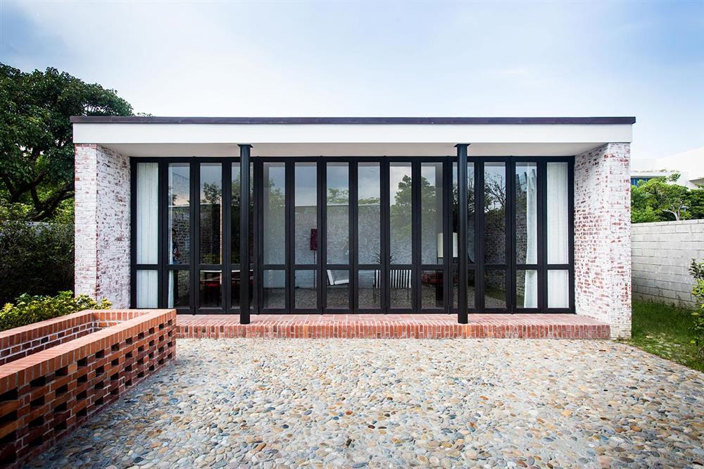 建國南路自宅結構方正,融合了中式蘇州將庭園及合院並置的特色,而在內部空間則受到現代主義大師密斯凡德羅影響甚多。