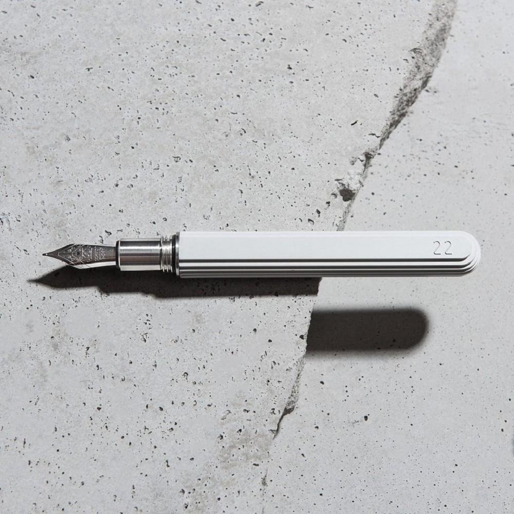台灣設計品牌22TUDIO推出「等高線鋼筆」,以等高線設計的水泥筆身填入特調水泥灰墨水,定價3,900元|誠品書店(2)