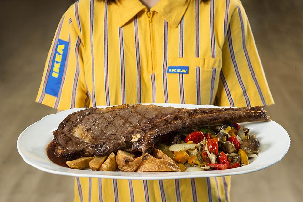 圖說三:IKEA桃園店也推出獨家特色料理!在瑞典餐廳提供每日限量,堪稱「比臉大」的雙人戰斧牛排搭配香濃紅酒醬讓口感更豐富,配菜為歐式溫烤蔬菜及帶皮薯條,吃得過癮又健康!