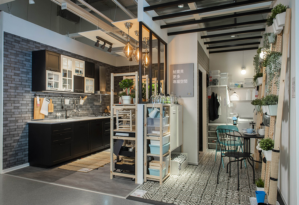 圖說二:桃園地區多數住宅空間坪數比北部大並擁有前後陽台配置,IKEA桃園店將以上特色融入展示間設計規劃,滿足在地的佈置需求。