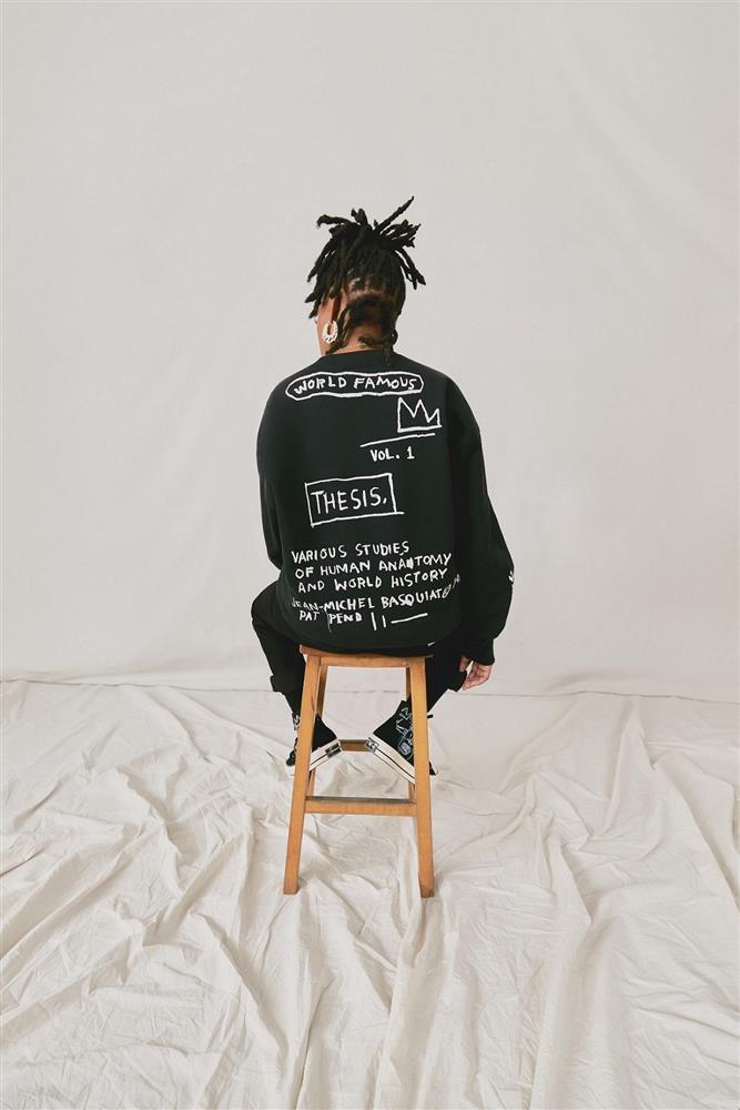 在110多年的歲月變遷中延續著低調克制的風格,而這也使它們成為Basquiat標誌性作品能夠被重新創作展現的絕佳載體