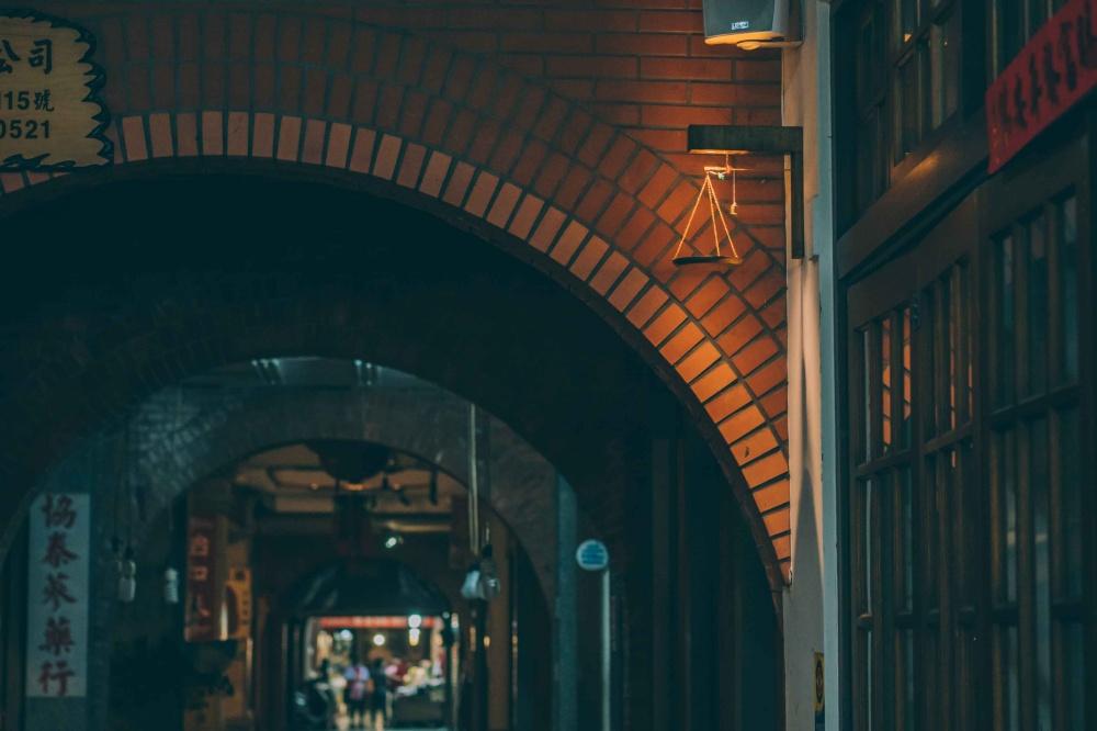 士林大稻埕燈區15台北迪化商圈發展促進會於元宵節期間推出騎樓燈區,讓大稻埕的夜間光環境有了不同面貌,照片中為迪化街中街燈區(發現故事提供)