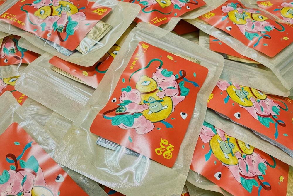 士林大稻埕燈區7士林神農宮推出「藥童帶路・元氣茶袋」,由角斯角斯創作的可愛藥童設計
