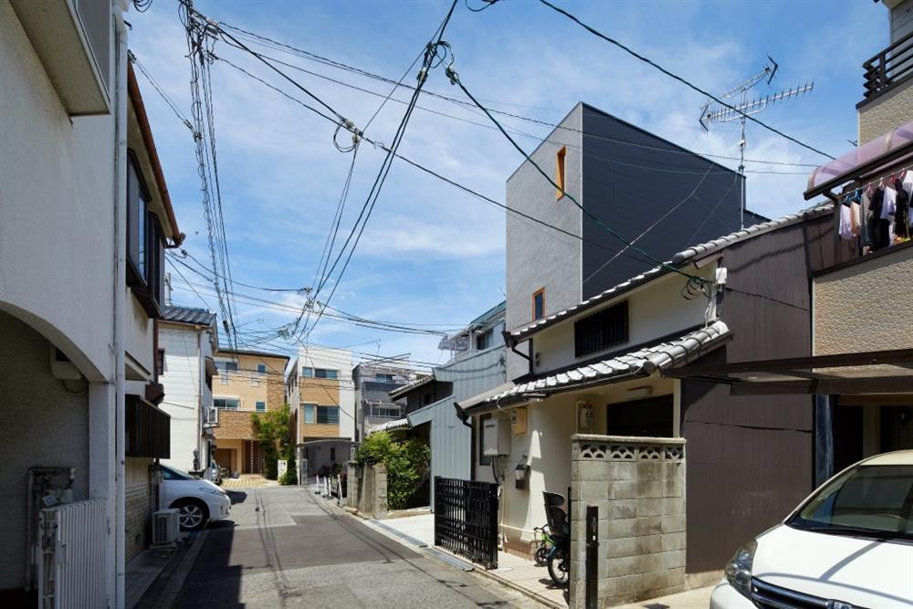 大阪「帝塚山の家」多功能木梯貫穿的小宅建築2