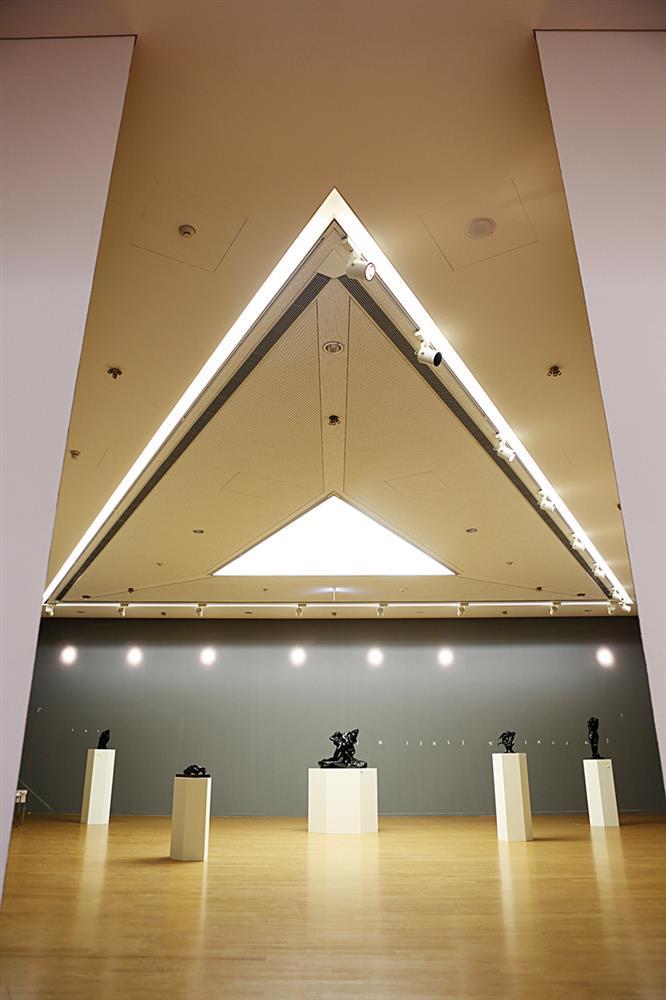 建築大師安藤忠雄設計,由錯落的三角形構築的亞洲現代美術館,於結構及施作設計上都相當困難