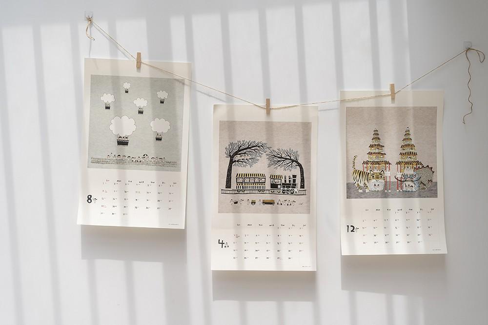 小島散步木框掛曆收錄的十二個月份畫作,台東熱氣球、嘉義阿里山、高雄龍虎塔等景點,都是Viga親自走過的足跡。