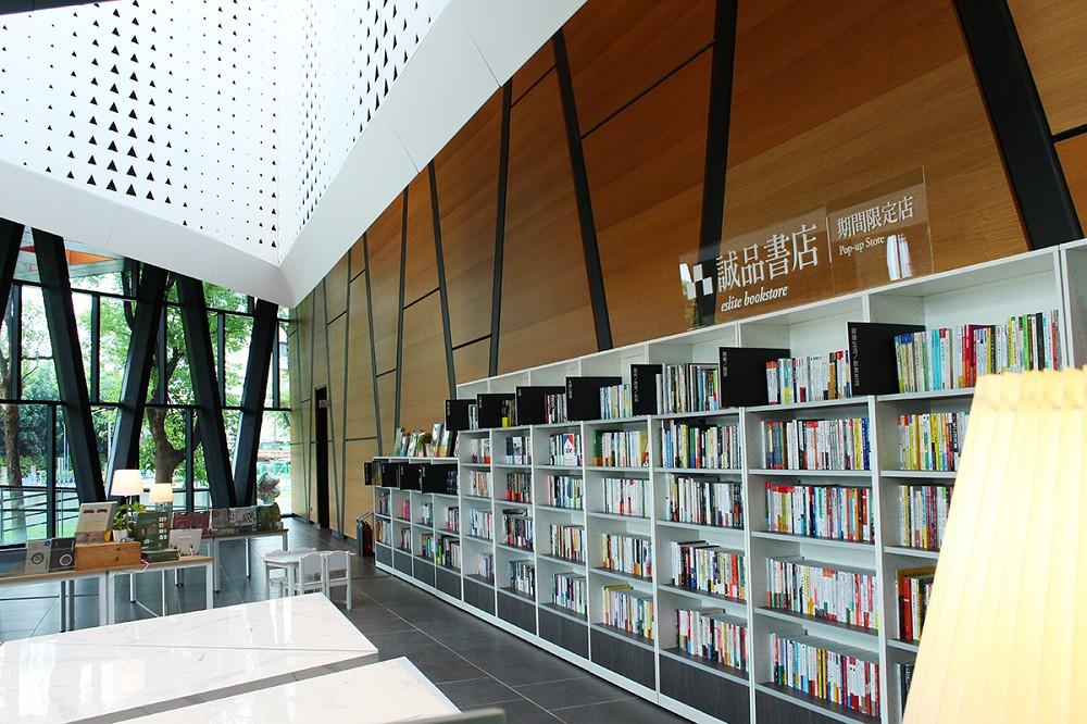 屏東縣立圖書館嶄新一樓大廳挑高寬闊,大面窗景引入自然陽光與盎然綠意,誠品書店期間限定店也設置閱讀區,邀請讀者享受美好閱讀時光。