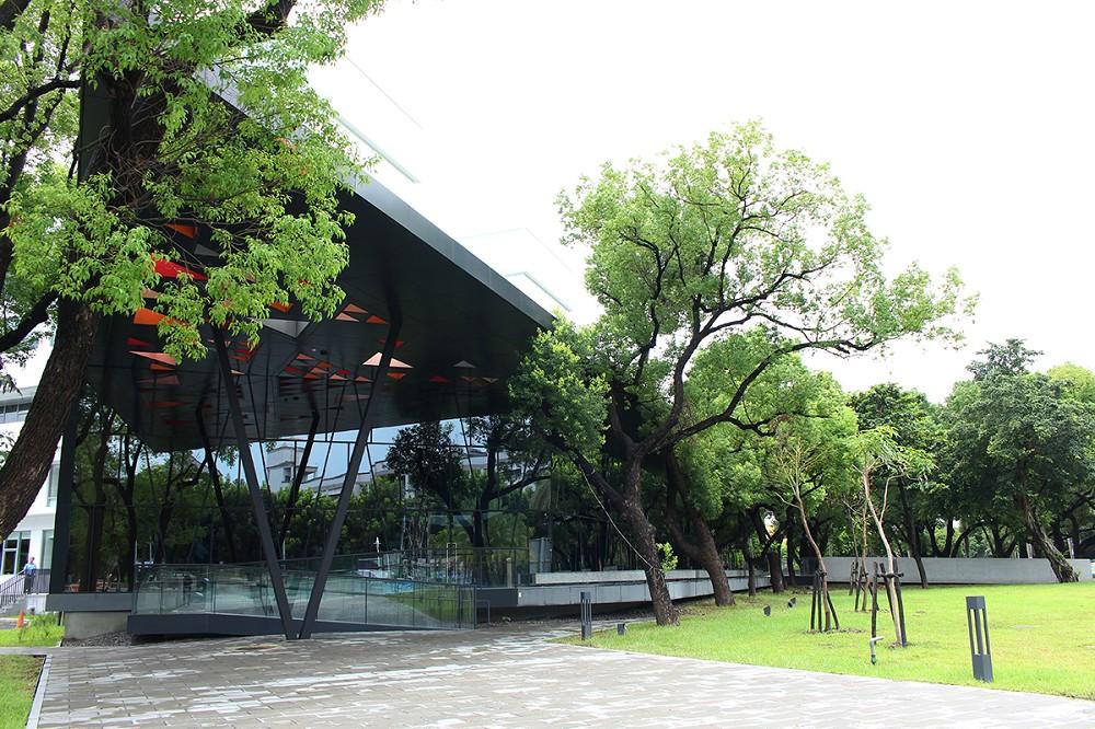 屏東縣立圖書館座落於千禧公園內,1983年開館以來,即是縣民日常生活中不可或缺的閱讀休憩場所。
