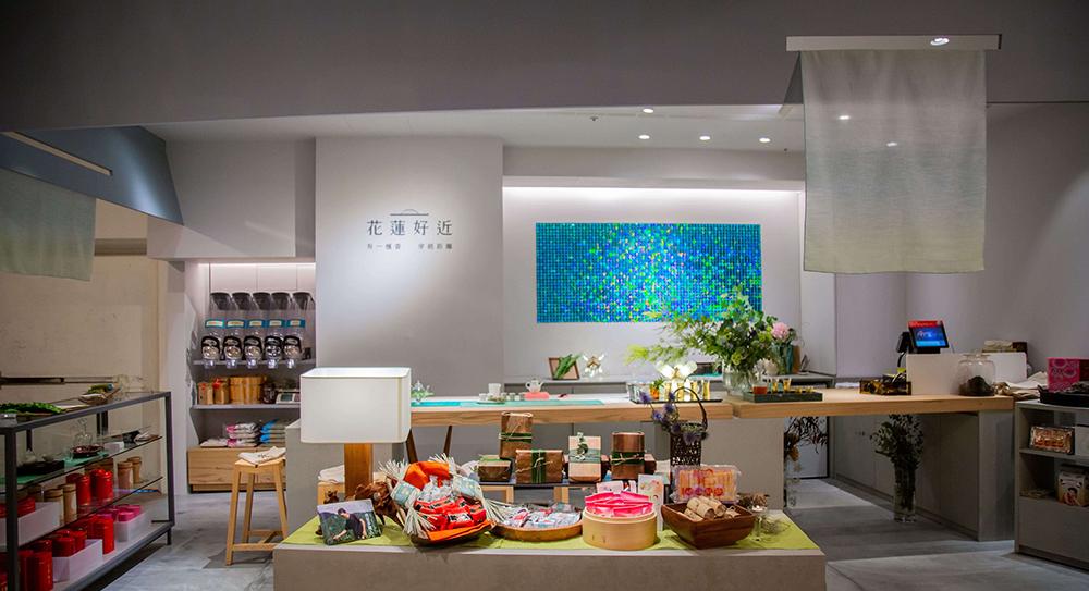 店內販售的商品除了花蓮蜜香紅茶等茶葉名品,更同步精選花蓮原鄉特級好米與知名老字號點心