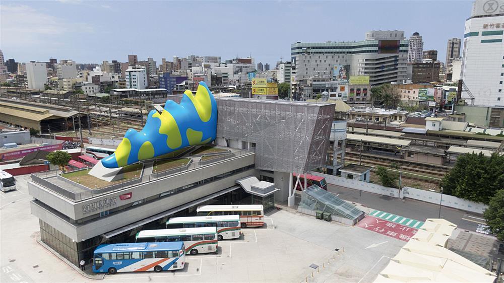 新竹獸以實體和虛擬的形式出沒在城市步行廊道中。