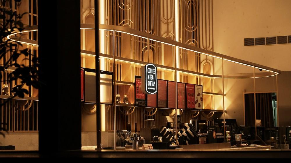 星巴克時代寓所門市亦導入「酒精專案」,提供精緻的紅白酒、氣泡酒,及暢快的啤酒飲品,搭配現烤專案-新鮮的現烤麵包與餅乾,從早到晚都能在時代寓所門市內享受不同的情調。