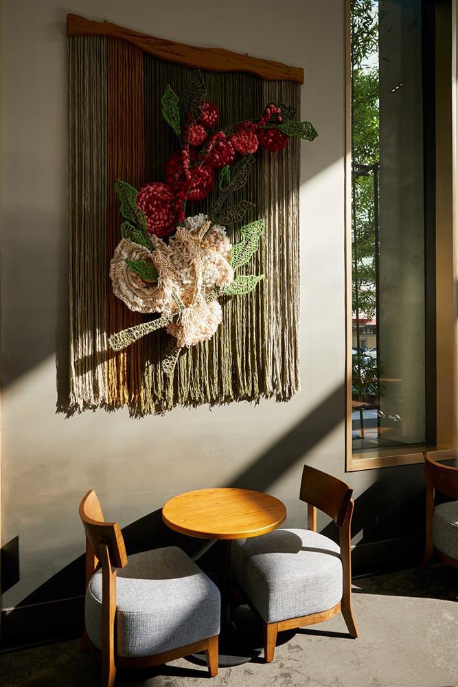 星巴克時代寓所門市藝術牆面,為在地藝術家以鮮豔的立體藝術編織品呈現出咖啡植栽的變化