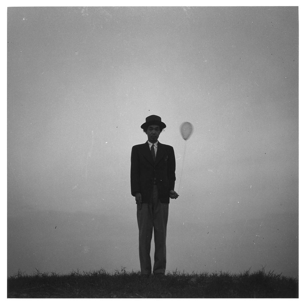 植田正治,拿著氣球的自拍照,c.1960©ShojiUedaOffice