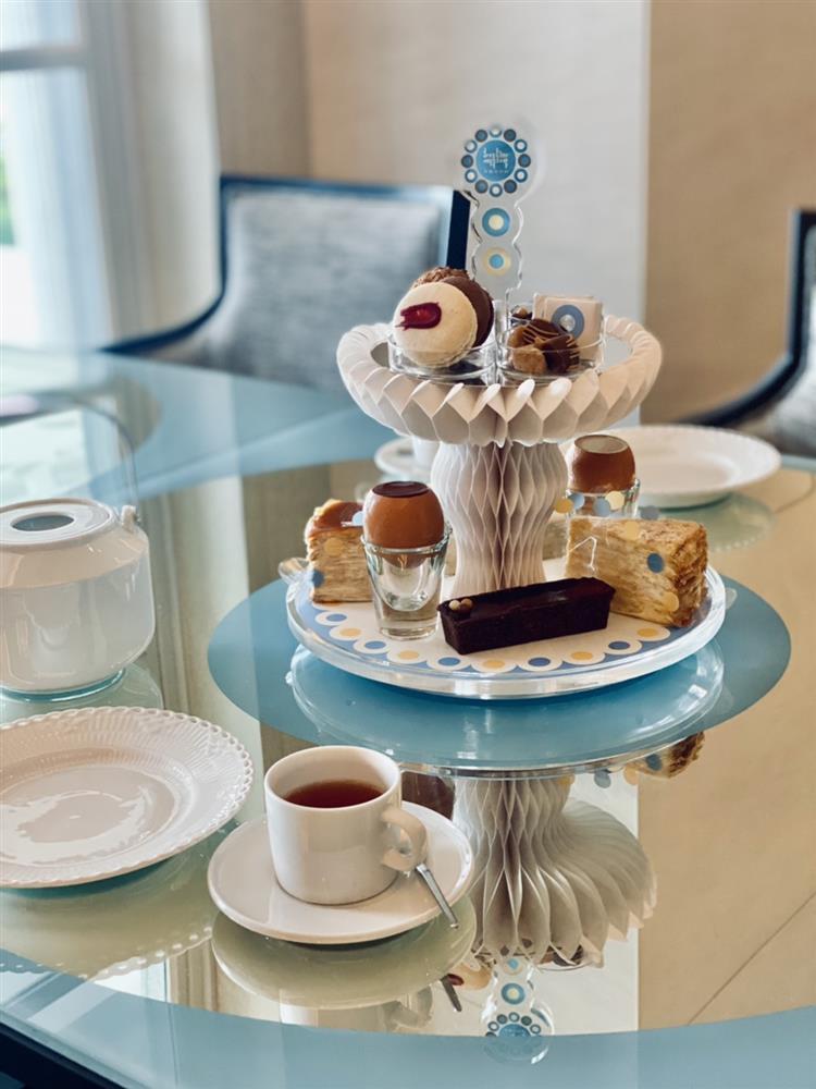深藍奇美博物館概念店特別推出獨家限定的「午茶雙層架」,單價1,370元、附飲品售價1,590元。