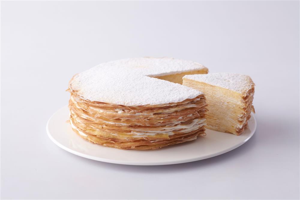 深藍的千層蛋糕遠近馳名,圖為法式千層6吋,售價980元。