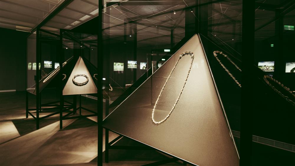 澳洲工藝大師蘿拉.葛里諾本次帶來八件瑰麗的海貝項鍊作品為台灣首度展出
