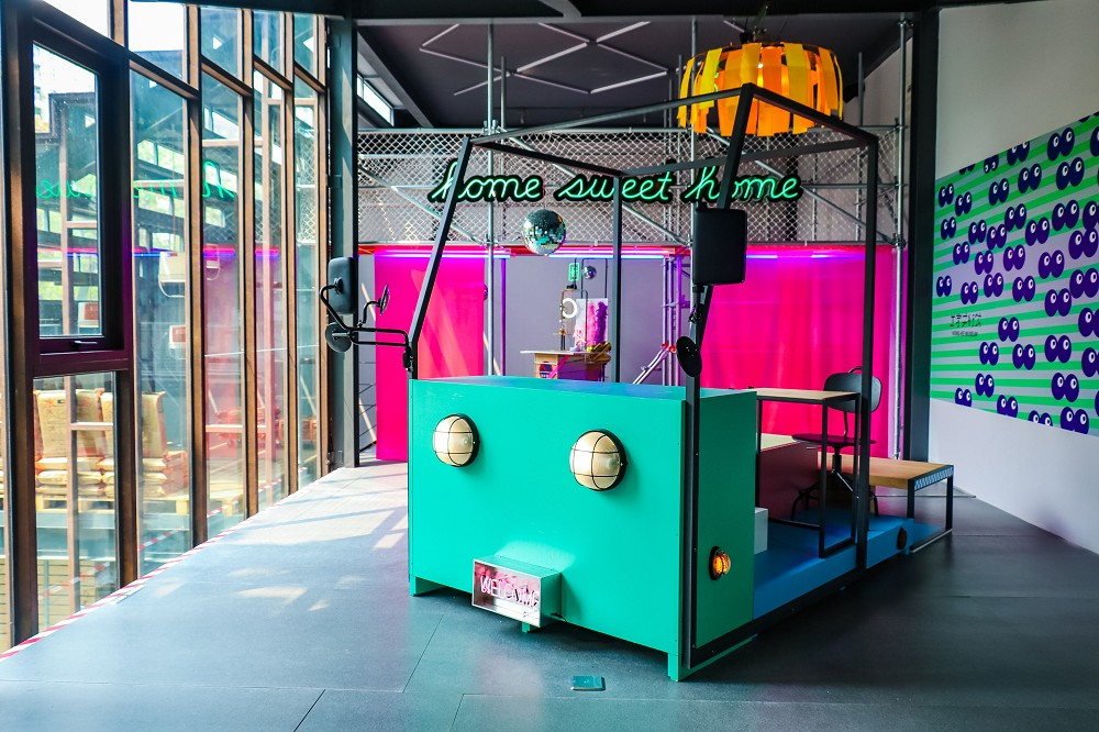 策展人以一種幻想的方式,想像著司機應該是住在卡車頭裡面,甚至還會佈置空間,於是以一種類組合玩具的概念,設置一個塌塌米、書桌等功能。