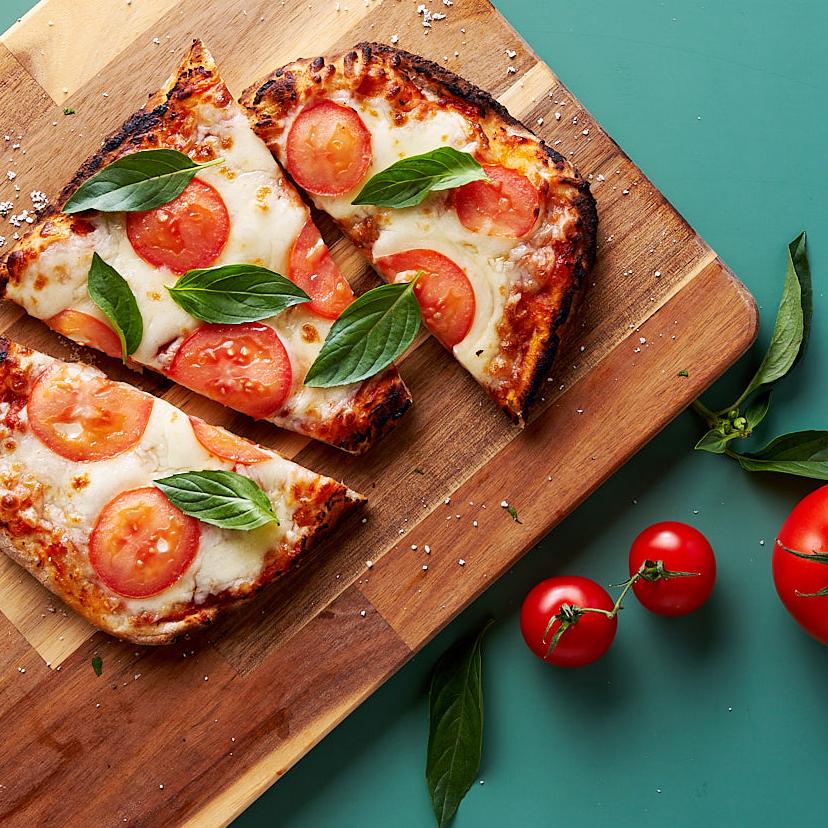 義蕯芭蒂推出各種義式PIZZA,搭配湯品、甜點與飲料,均一套餐價380元。
