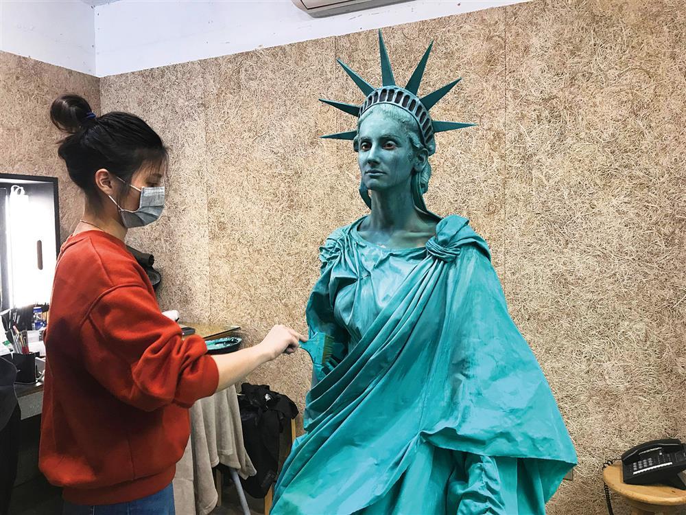 廣告作品「自由女神像」中,形上團隊除了要製作頭套,也要為演員全身上妝。