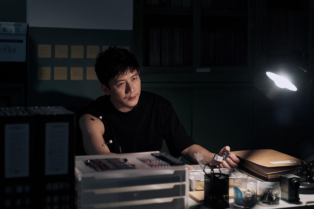 莫子儀在《追兇500天》常自我針灸肩膀舊傷(七十六号原子提供)
