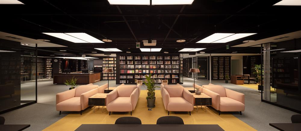 表演藝術圖書館依照使用需求區分為閱覽桌區及沙發區,提供不同型態使用方式。讀者可於館內借閱書籍、期刊等館藏,亦可攜帶個人設備或借用館內電子及視聽設備,欣賞數位資料