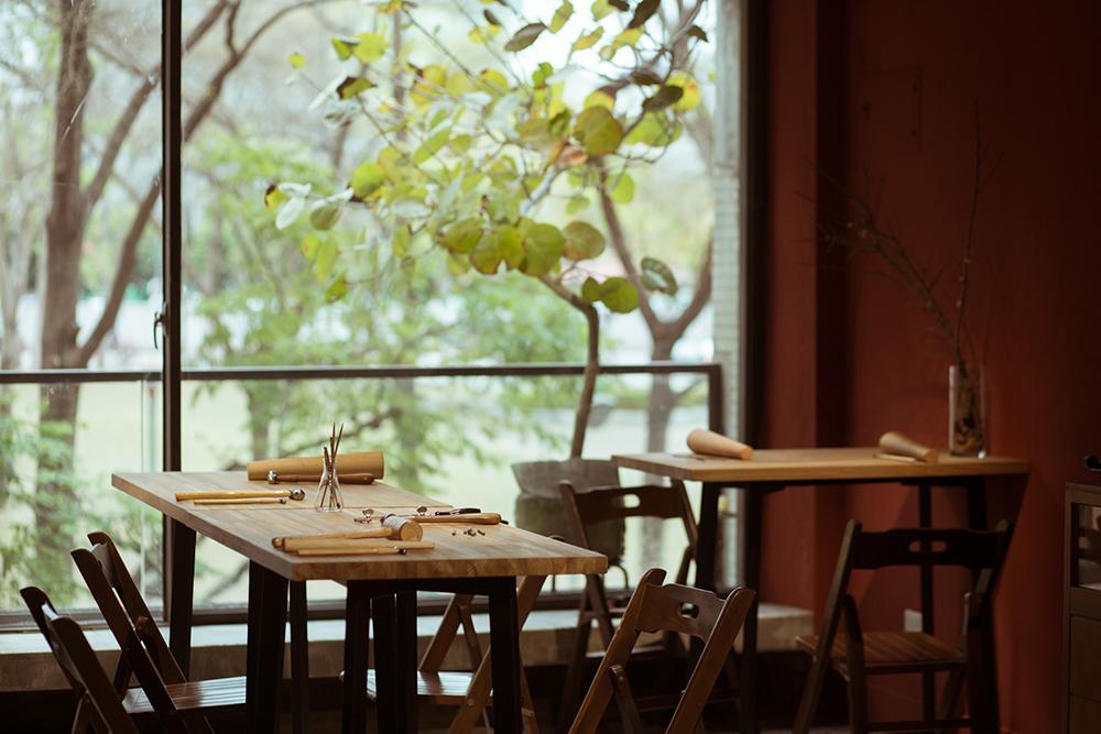 視野充滿植栽的以覺學草悟店手作空間