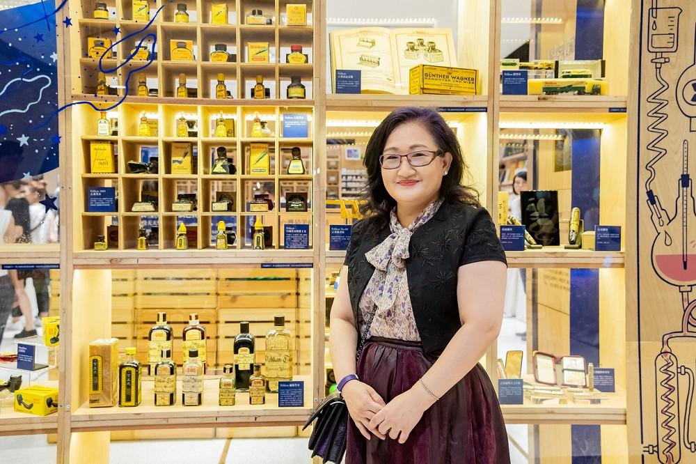 誠品書店邀請專業藏家賴雅靜展出逾300種珍稀收藏。