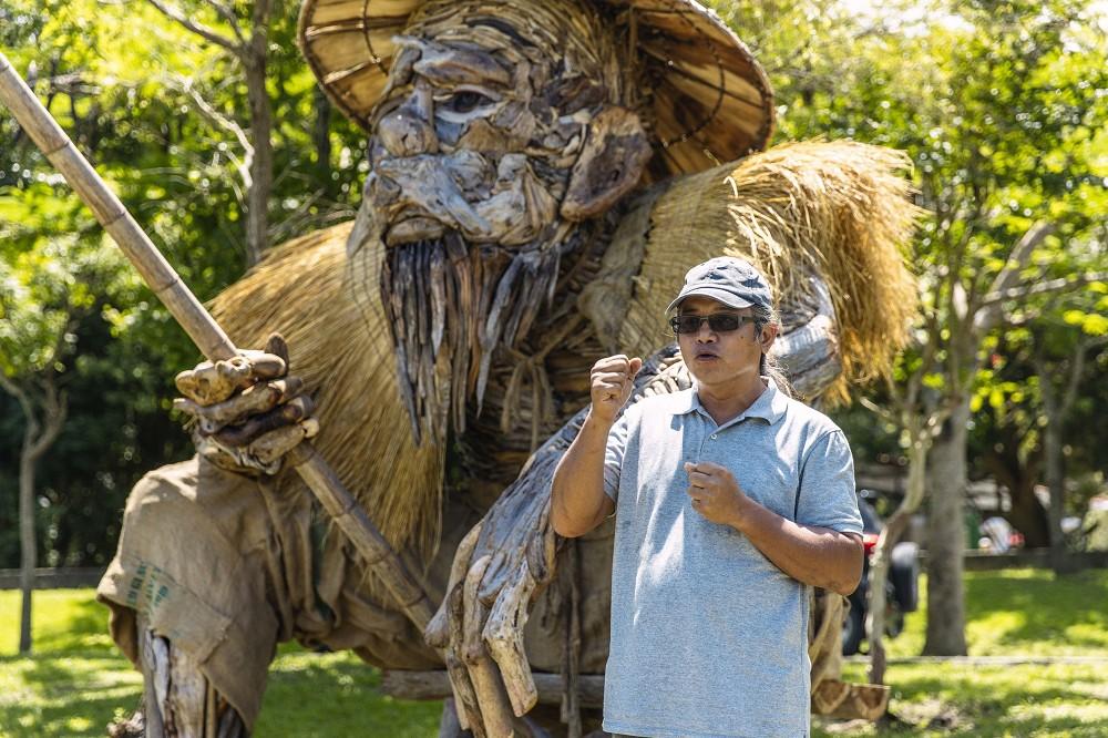 阿美族藝術家Talaluki志明的作品《何時》,以漂流木為基礎,打造一位具歲月及智慧,坐在池邊垂釣的老人,邀請來客陪他坐坐。