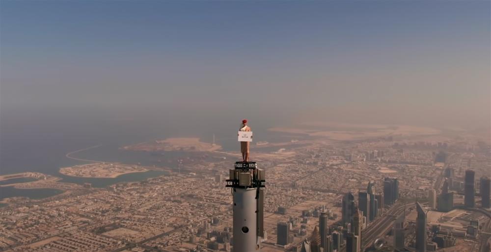 阿聯酋航空空姐登上杜拜哈里發塔廣告截圖0