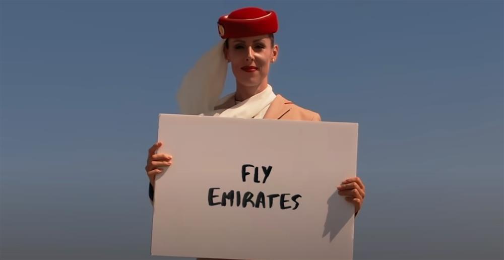 阿聯酋航空空姐登上杜拜哈里發塔廣告1