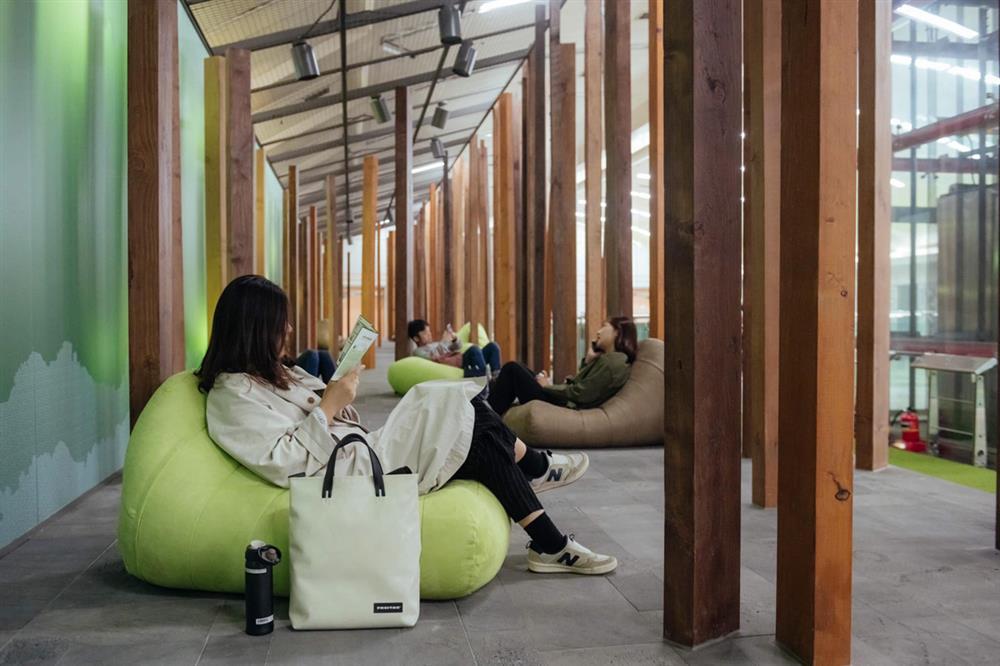 首爾「綠莎坪站」翻新成玻璃穹頂下的庭園美術館地鐵車站