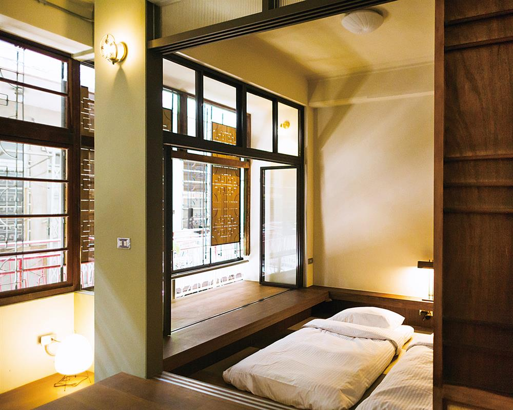 四樓客房,故意犧牲室內空間,多了一個可以休息發呆的窗台區。
