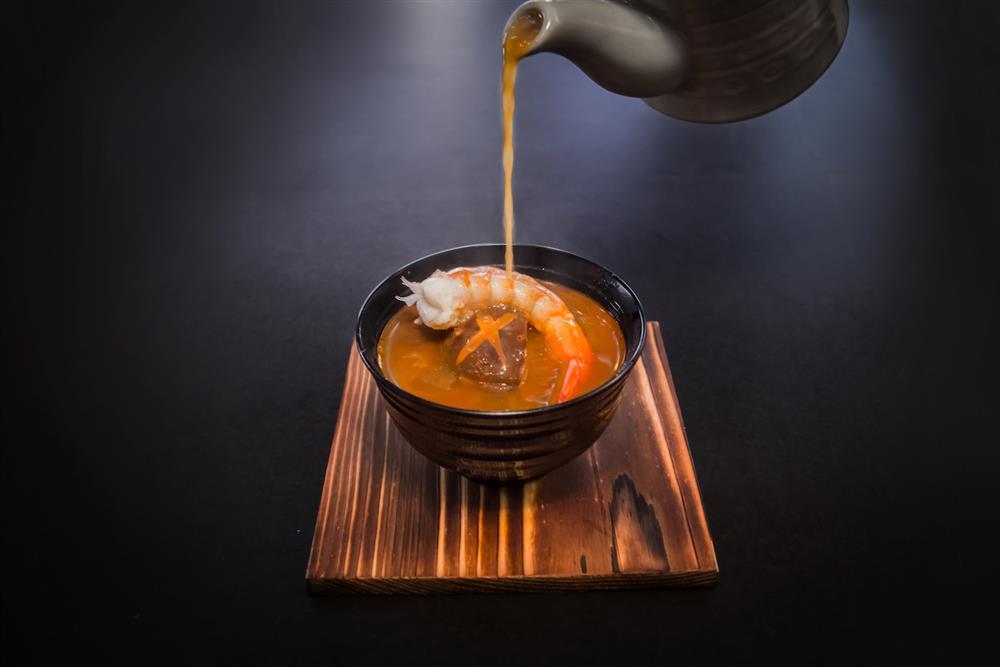 鷹料理-慢火燉煮的雞白湯,搭配日本山藥,膠質滿滿,口口綿密