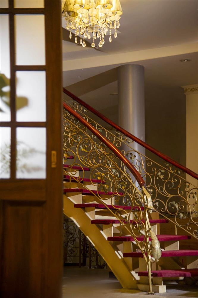 黑美人大酒家舊址(迴旋樓梯及吊燈)