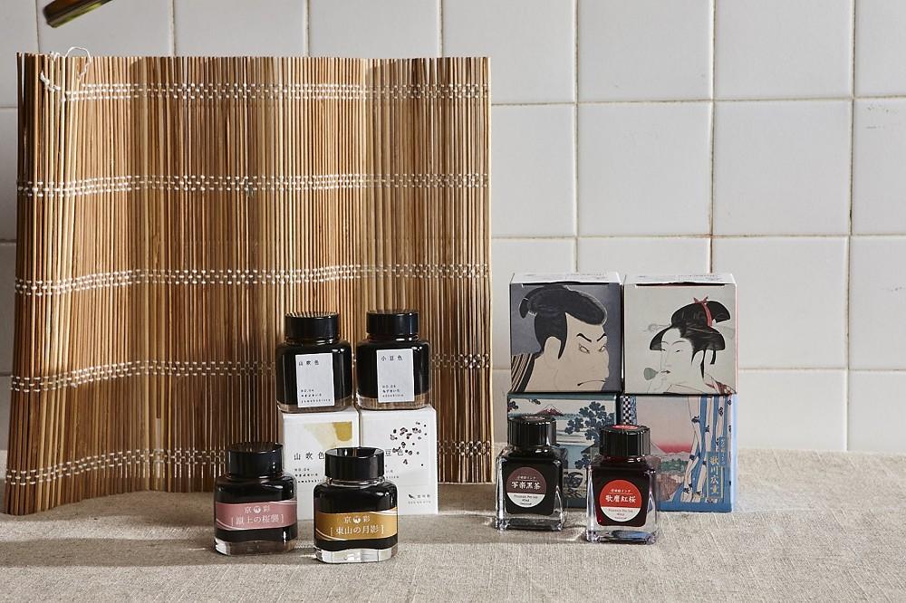 (圖右)日本高級文具品牌TACCIA將江戶時代流行的浮世繪做為靈感,從墨水顏色到外包裝都融入浮世繪畫作,定價600元|誠品書店